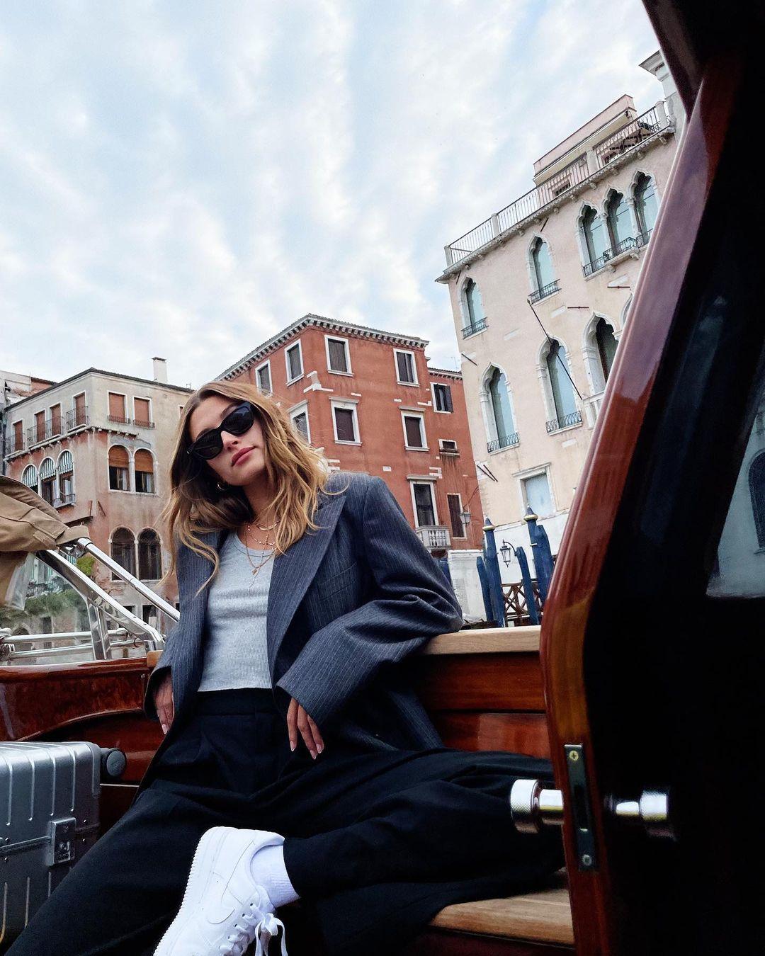 Oversize и мини: два стильных образа Хейли Бибер в Венеции