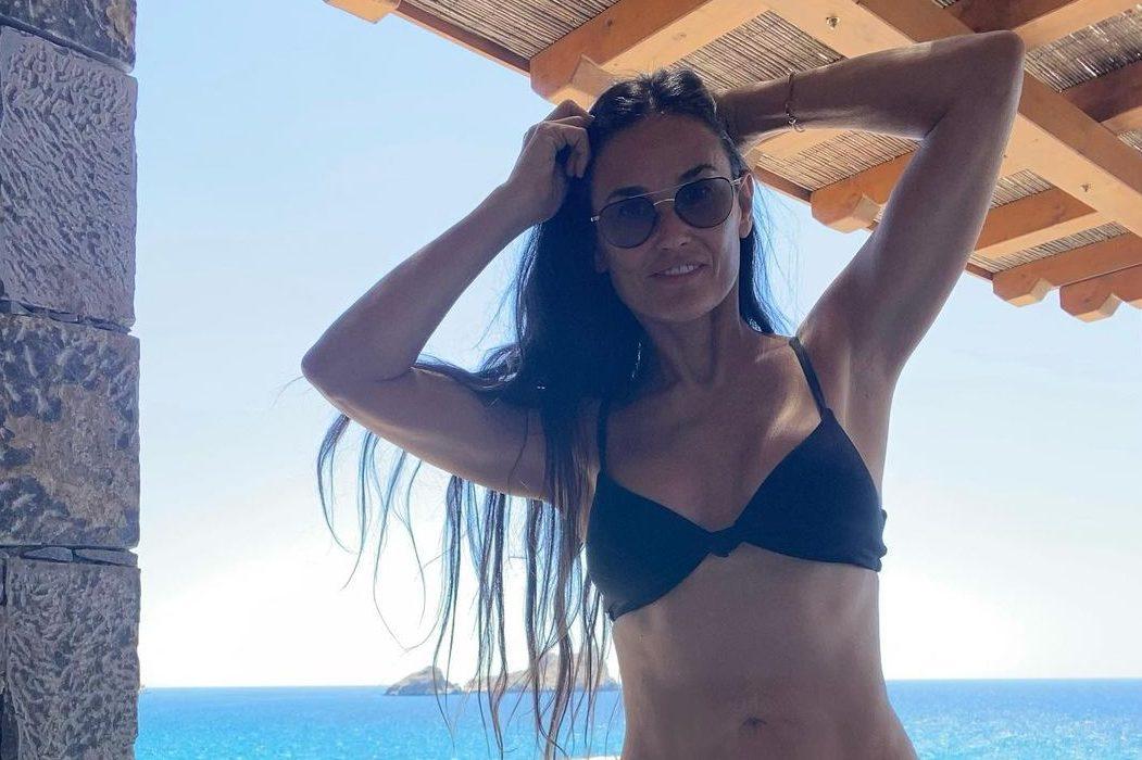 Выглядит безупречно! 58-летняя Деми Мур отдыхает в Греции