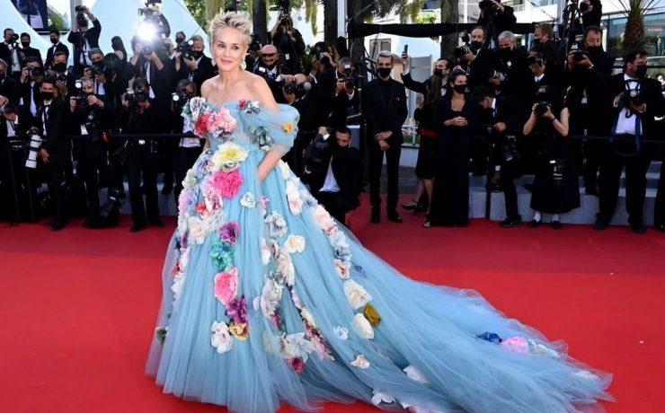 Платье, усыпанное розами: образ Шэрон Стоун от Dolce&Gabbana