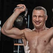 «Мама сделала мне лучший подарок»: Виталий Кличко поздравил брата с 45-летием