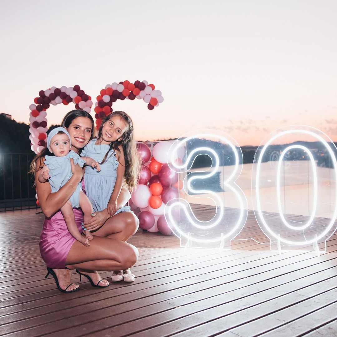 В розовом мини и с шарами: как Сара Сампайо отпраздновала 30-летие
