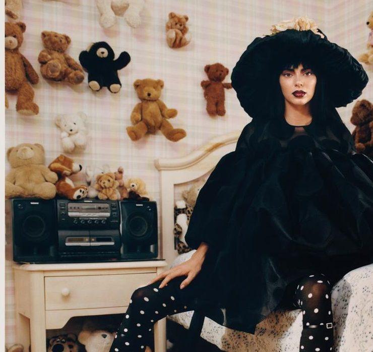 Valentino, Carolina Herrera и Balenciaga: Кендалл Дженнер примерила драматические образы в новой съёмке