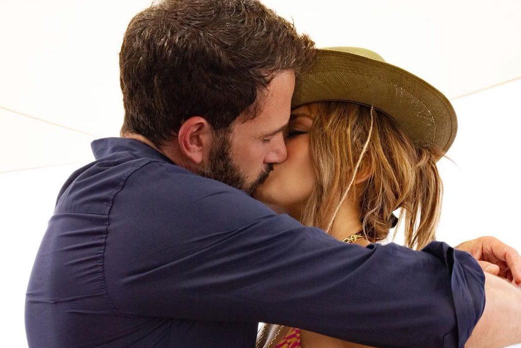 Теперь официально: Дженнифер Лопес показала романтический кадр с Беном Аффлеком