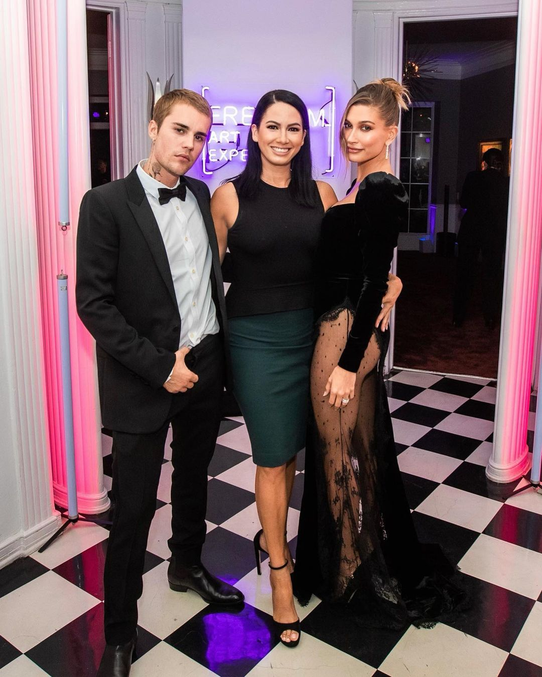 Образ дня: Хейли Бибер в бархатном платье Alessandra Rich