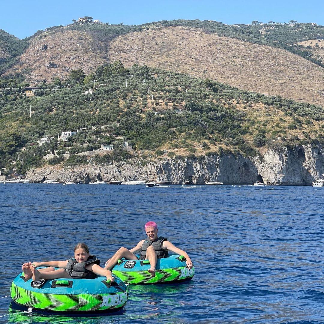 Яркие селфи и прогулки на яхте: семейство Бекхэмов отдыхает на Капри