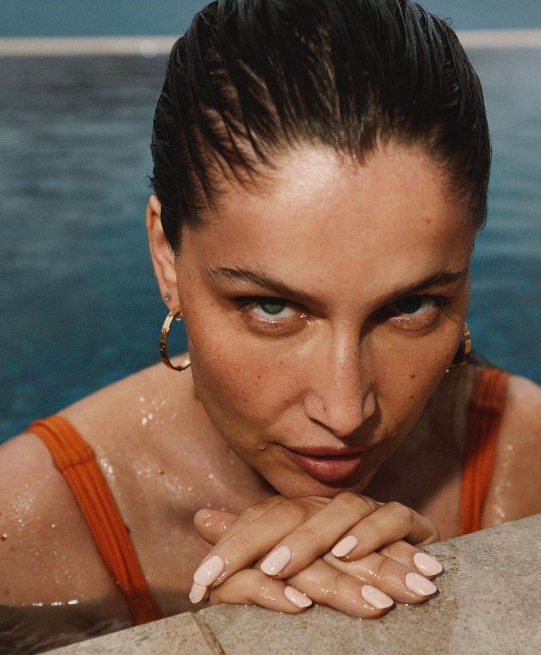 Минутка мотивации: съемка 43-летней Летиции Касты в купальниках