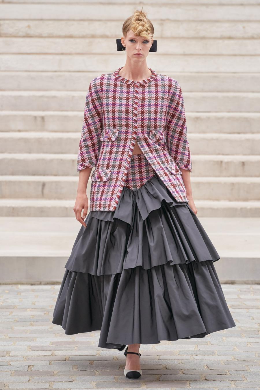 Обаятельная невеста Маргарет Куэлли закрыла кутюрный показ Chanel FW'21/22