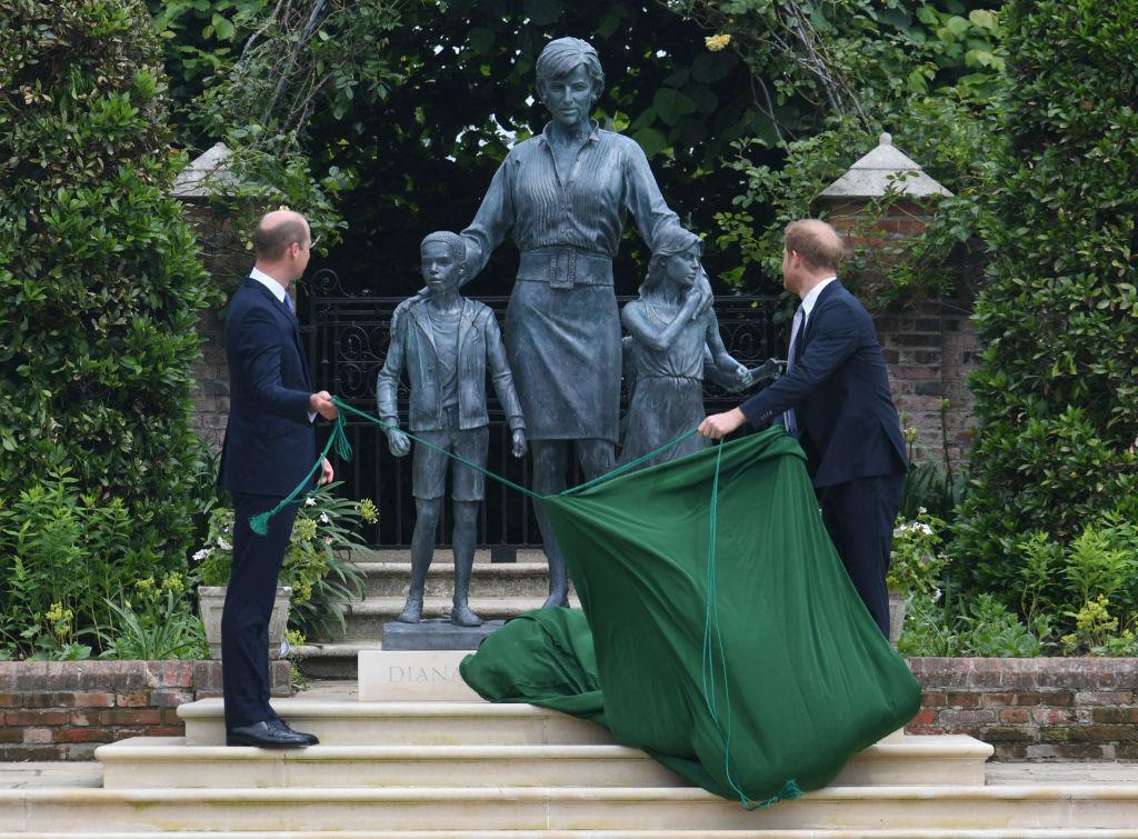 Довгоочікувана зустріч: принци Гаррі та Вільям на відкритті пам'ятника принцесі Діані