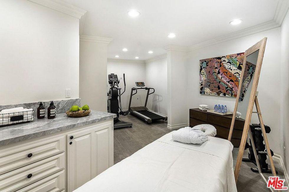 Студия йоги и просторная терраса: шикарный особняк Селены Гомес