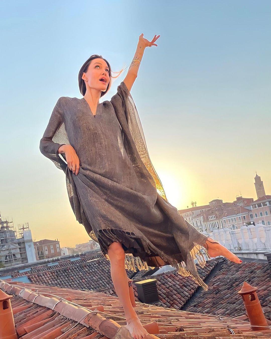 Образ дня: Анджелина Джоли на прогулке в Венеции