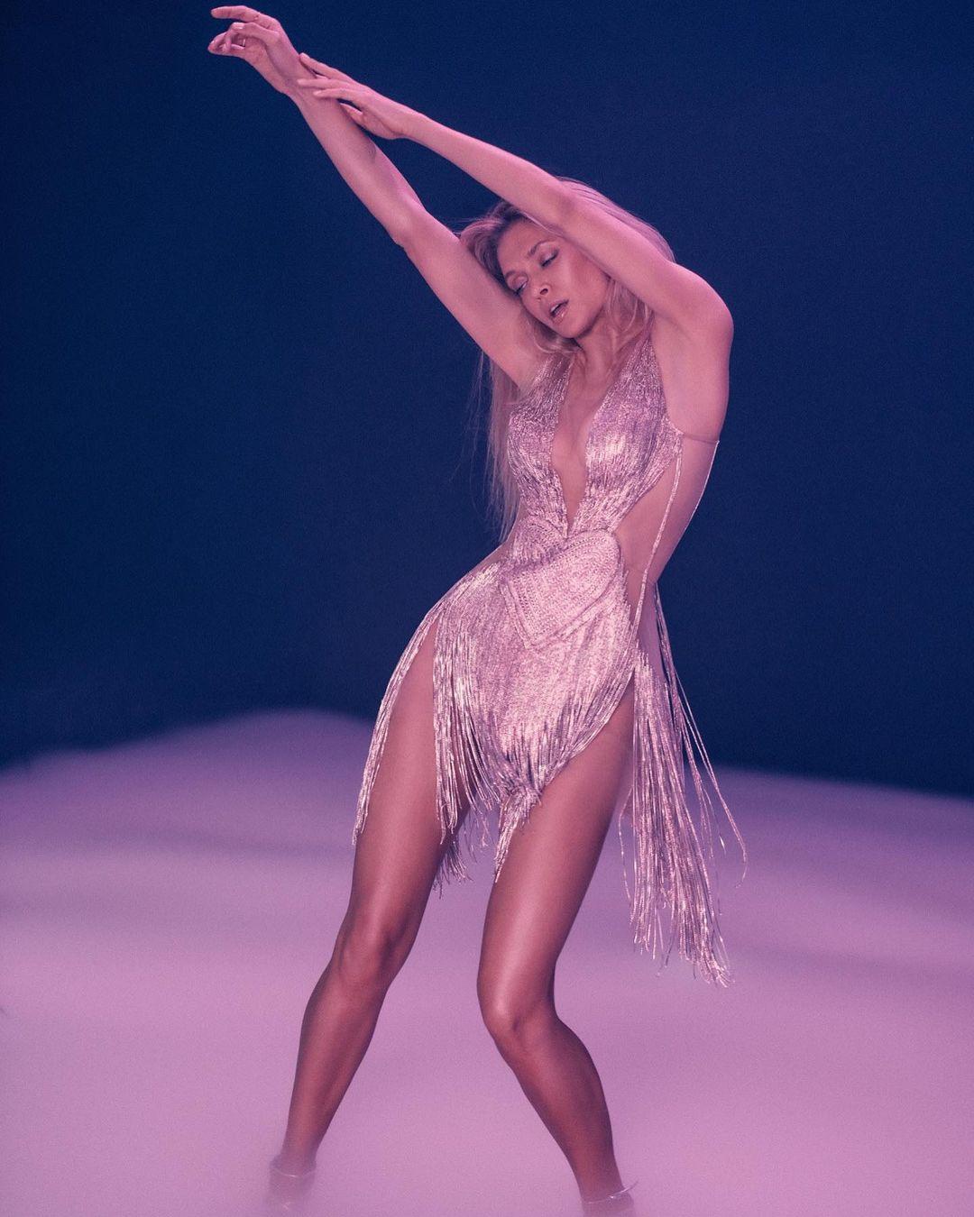 В блестящем платье FROLOV: образ Веры Брежневой в новом клипе «Розовый дым»