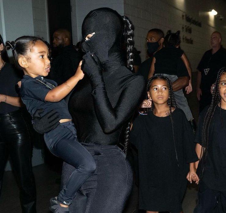 В Balenciaga с ног до головы: Ким Кардашьян появилась на концерте Канье Уэста