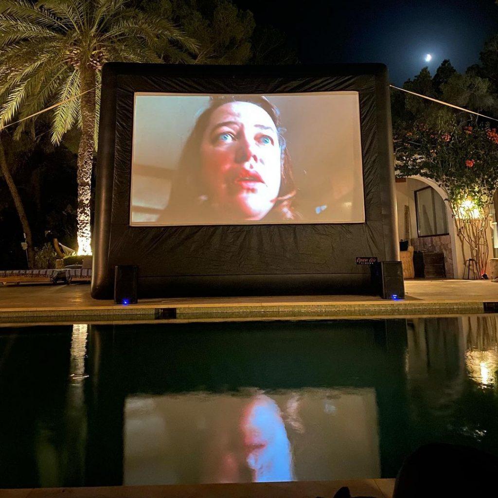 Пицца, игристое и снимки в бикини: каникулы Беллы Хадид на Ибице