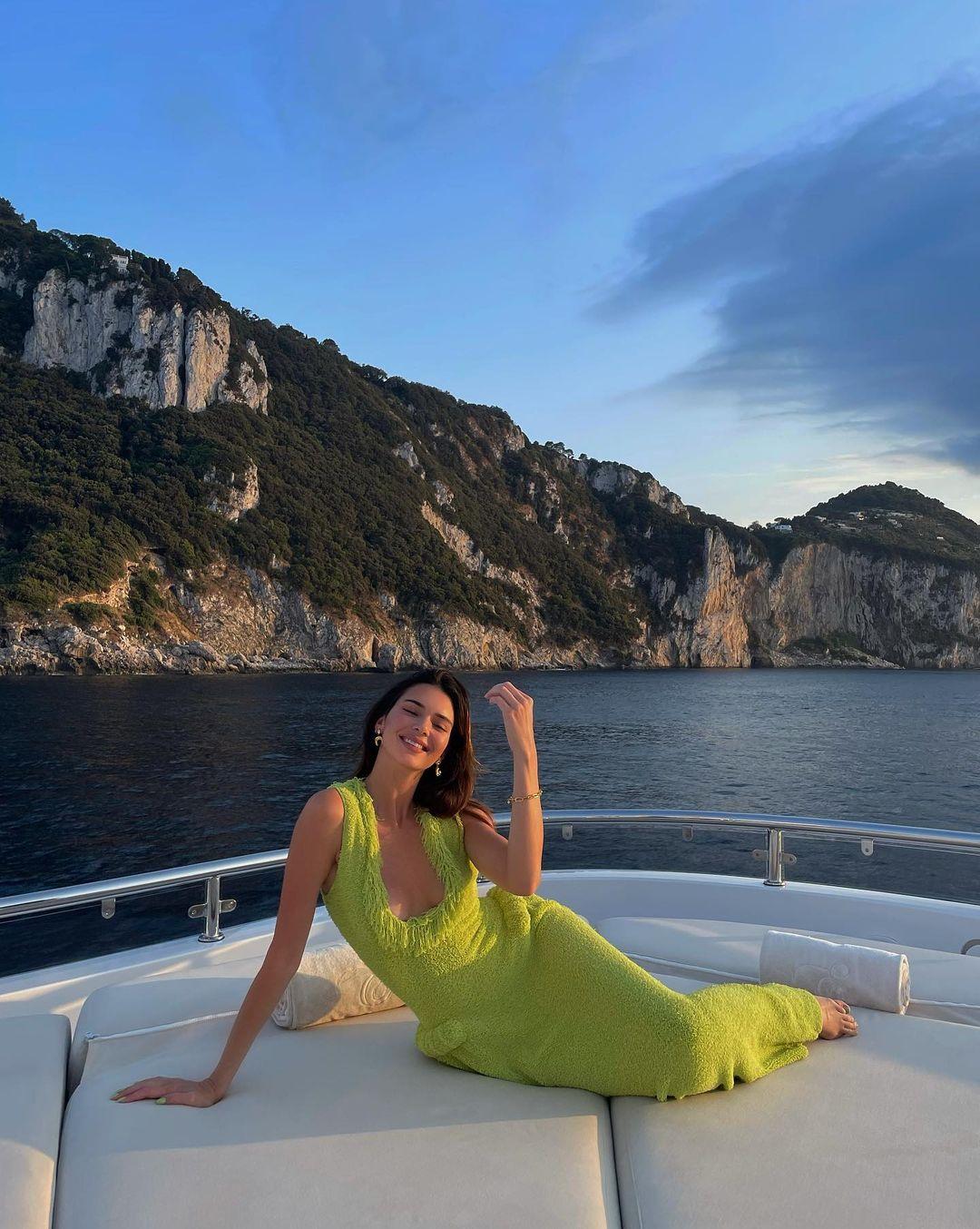 Образ дня: Кендалл Дженнер отдыхает на яхте в платье Bottega Veneta
