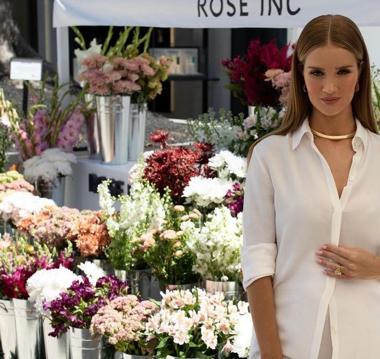 White total-look: беременная Роузи Хантингтон-Уайтли на открытии своего бутика