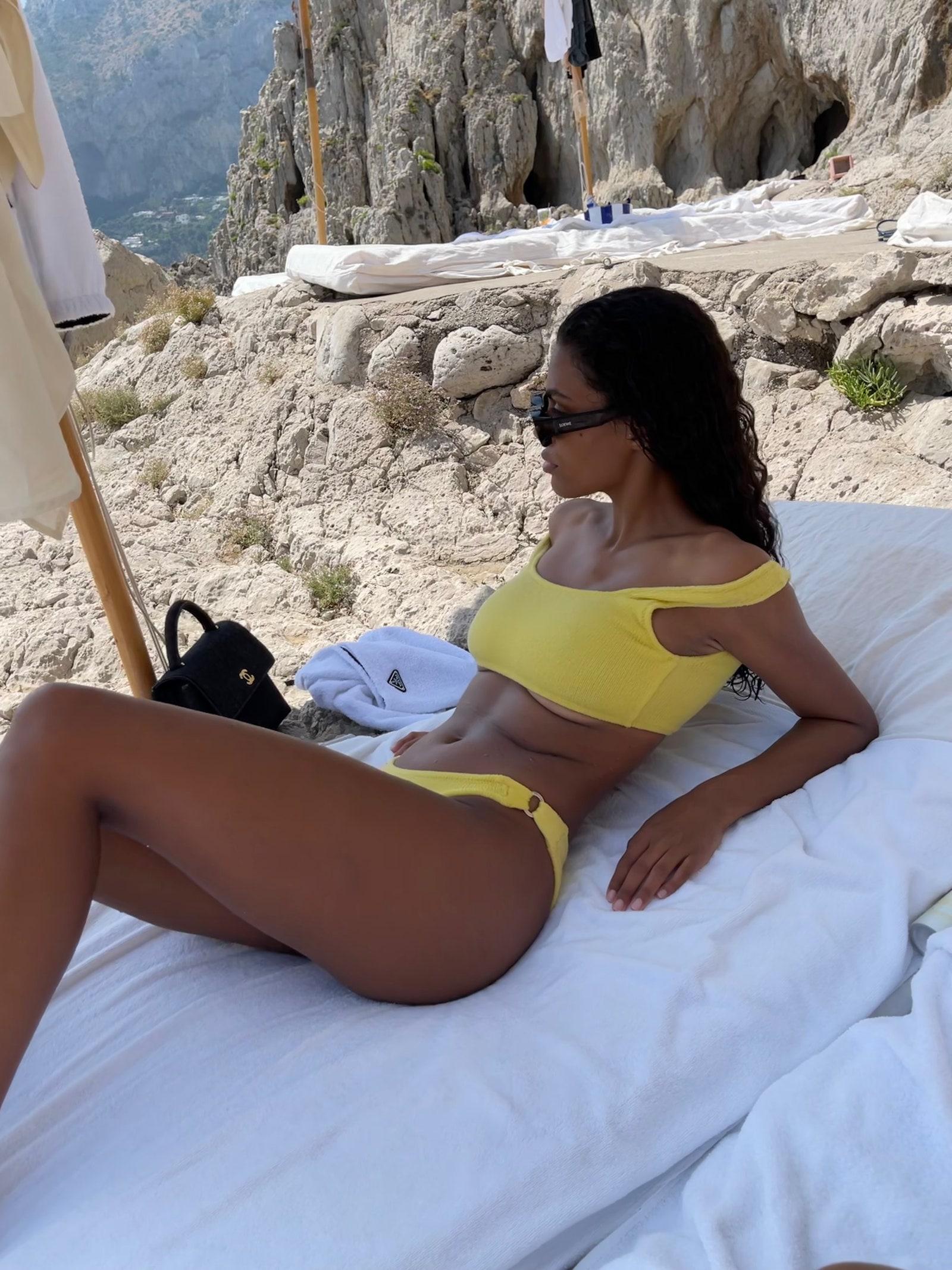 Спекотні кадри: Тіна Кунакі яскраво відпочиває на Капрі