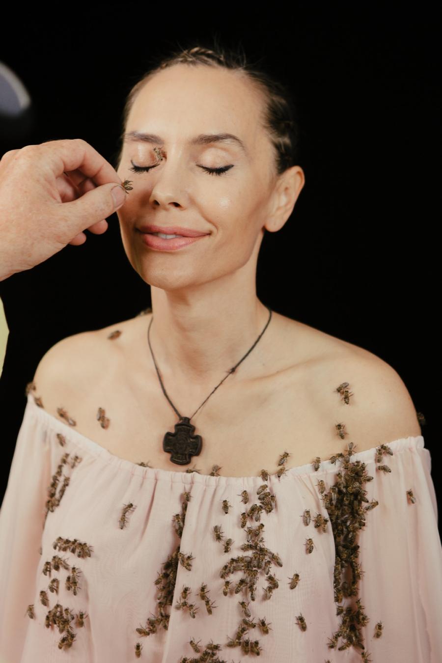 Как Анжелина: Виталина Ющенко помогает спасать пчел на планете