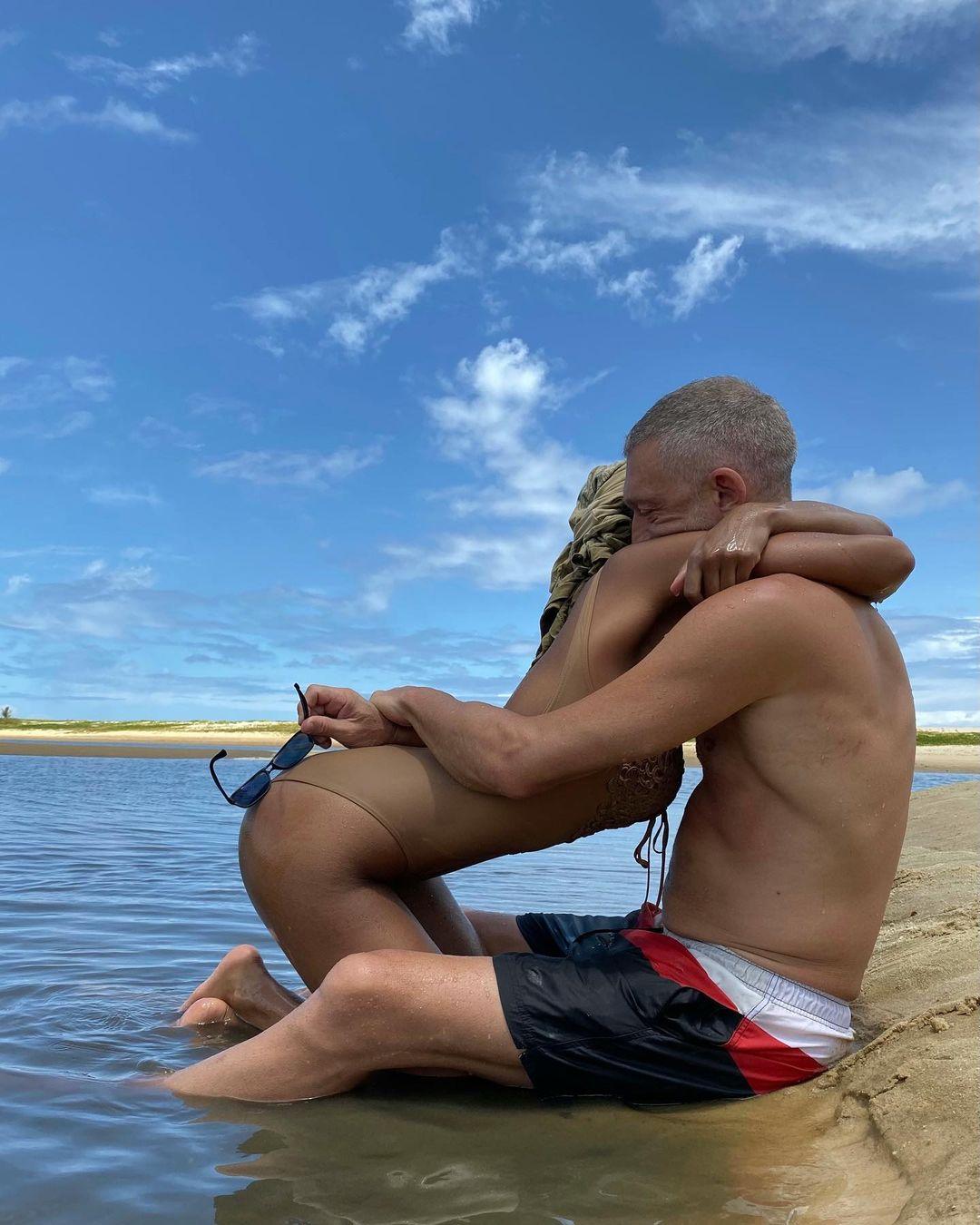 «Любимое место на земле»: Тина Кунаки поздравила Венсана Касселя с годовщиной свадьбы