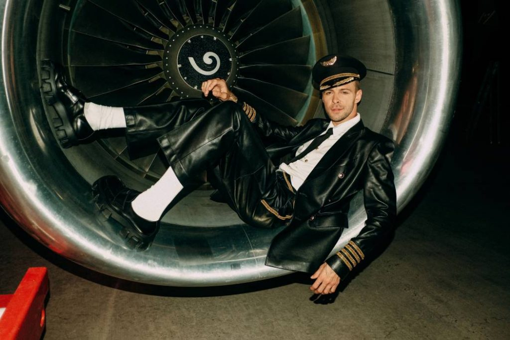 Лейтмотивы 50-х и личный Boeing в клипе Макса Барских Just Fly