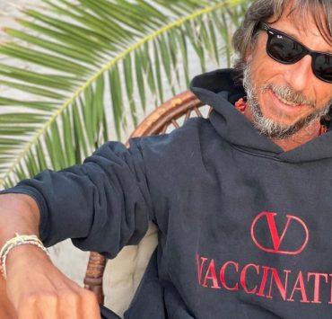 Бренд Valentino выпустил худи с надписью Vaccinated, чтобы помочь ВОЗ с вакцинацией