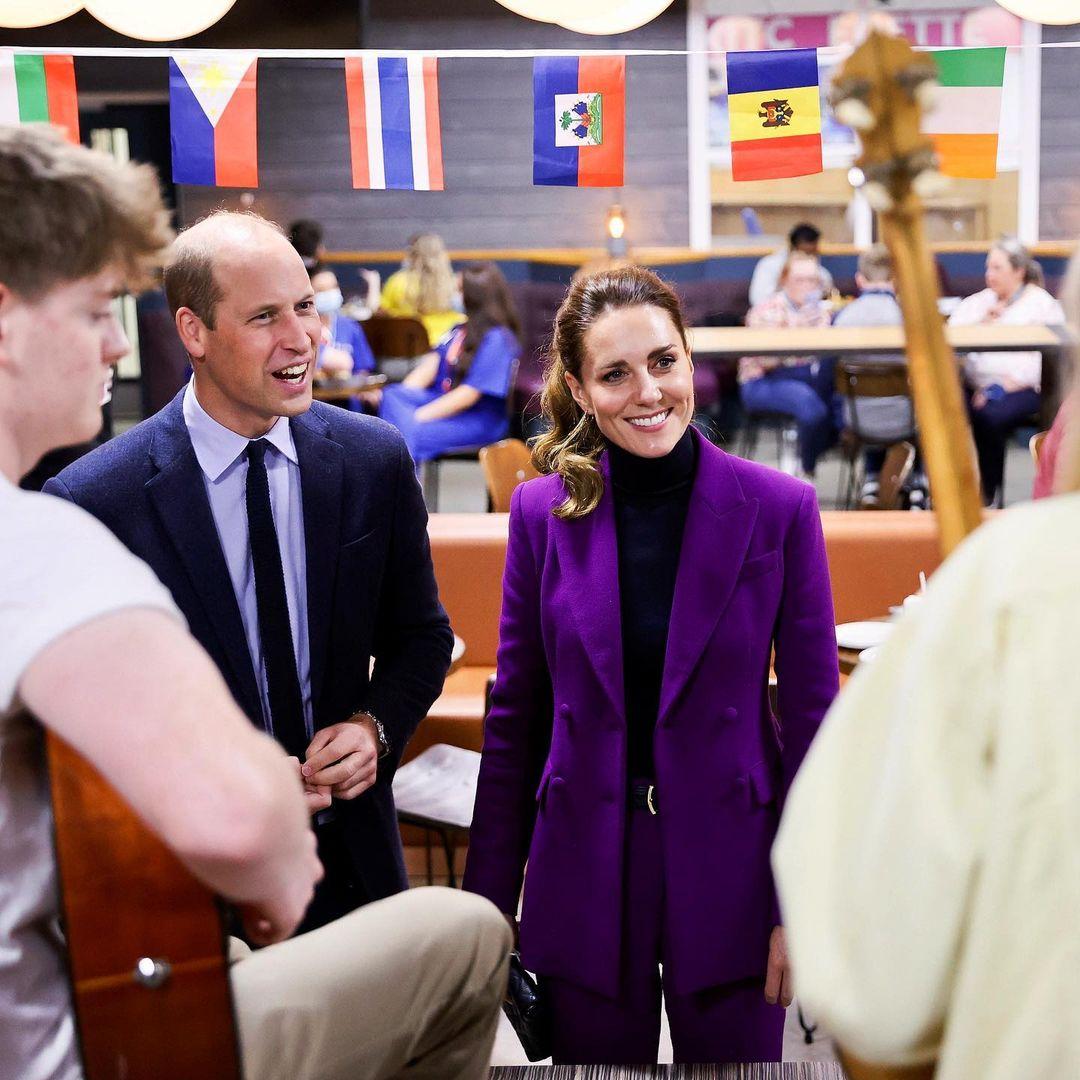 В костюме цвета фуксии: яркий образ Кейт Миддлтон в Северной Ирландии