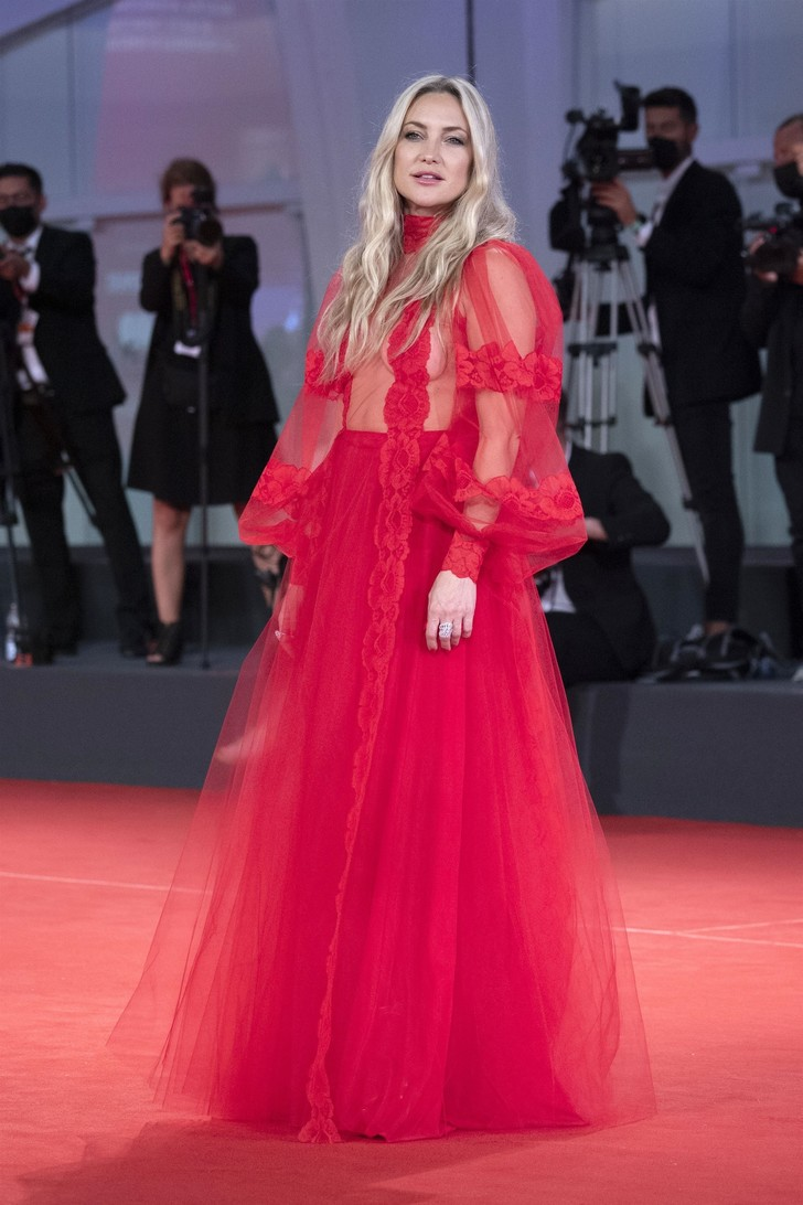Образ дня: Кейт Хадсон в полупрозрачном платье Valentino в Венеции