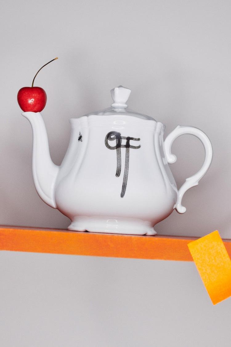 Бренд Off-White представил коллекцию посуды, украшенную граффити