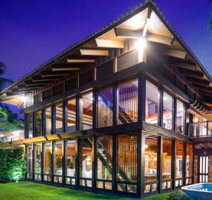 Софи Тернер и Джо Джонас купили стеклянный дом в Майами: рассматриваем интерьер