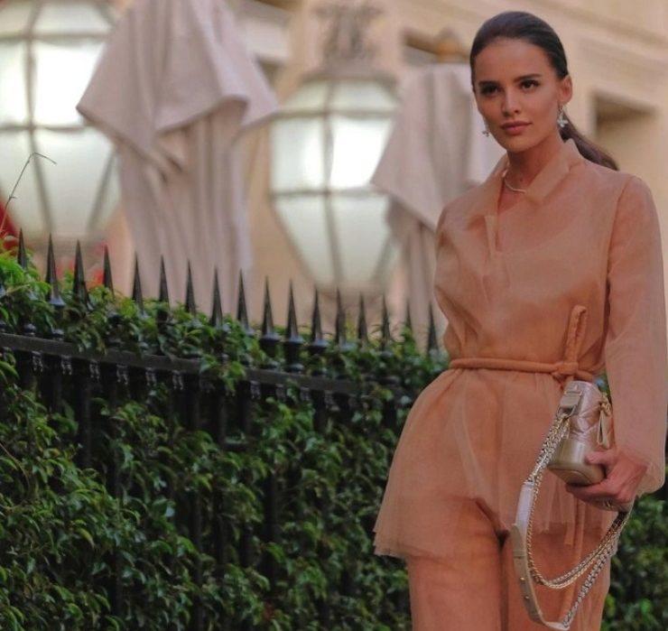 Образ дня: Анна Андрес в невесомом наряде на ужине Chanel в Париже